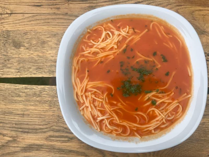 Zupa pomidorowa z makaronem i siekaną pietruszką